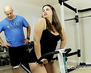 Workout stepmom's sexy moist love tunnel in gym