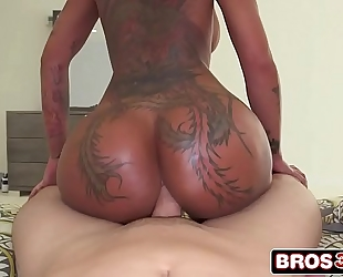 Amazing bella bellz twerking with large penis up her taut anus