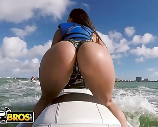 Bangbros - lalin amateur wife pornstar kelsi monroe shows off big booty, rides jetski and schlong!