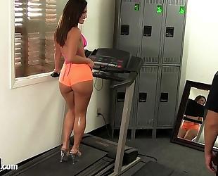 Big a-hole gym babe takes a big 10-Pounder!