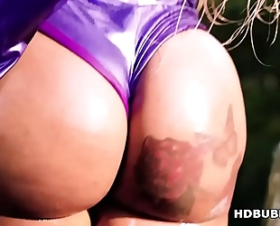 Fat arse ebon squirting on a massive 10-Pounder - moriah mills